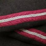 Posamentborte aus Spiralsilberdraht (Birka P10a) auf rotem Seidenstreifen