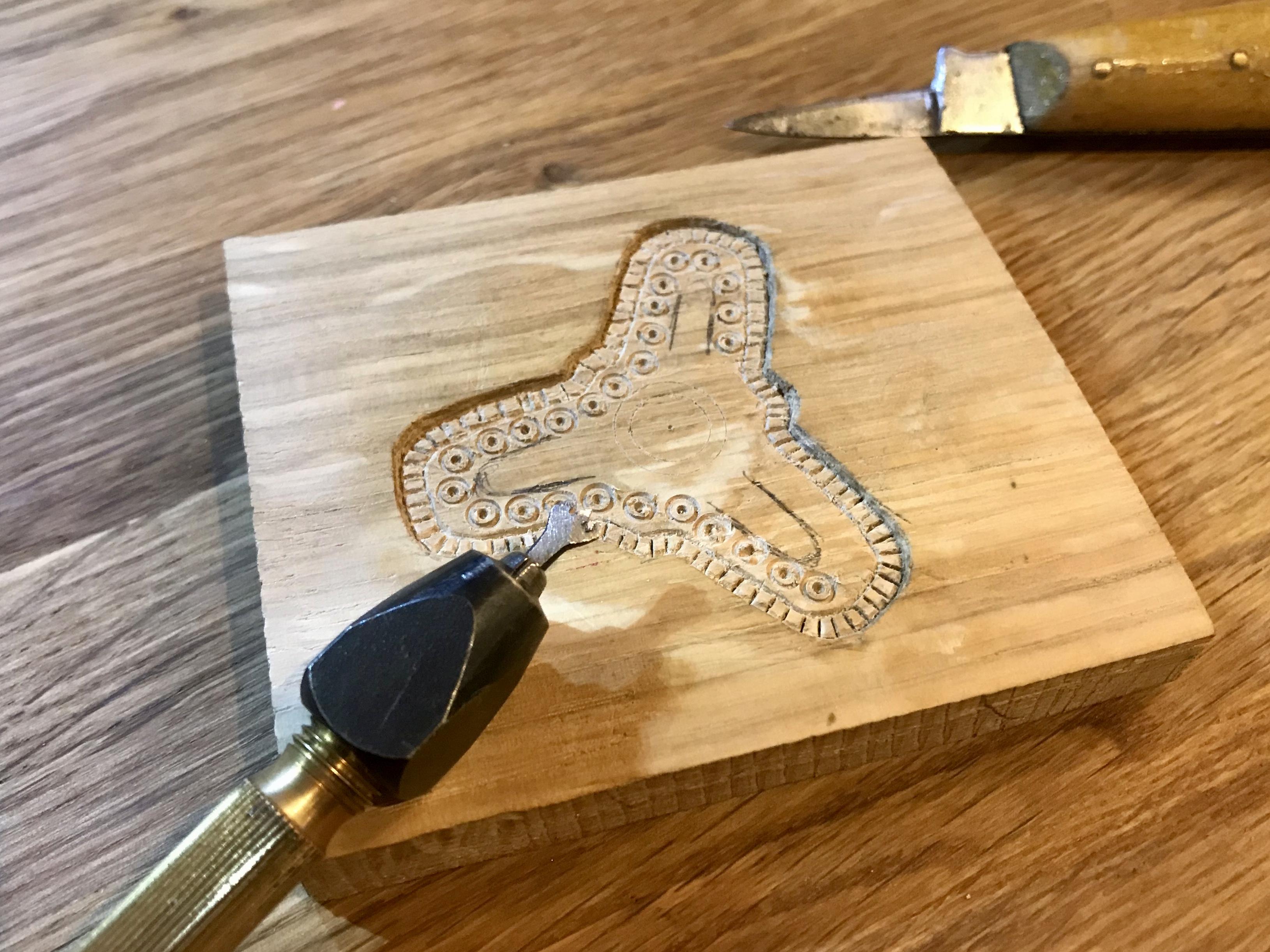 Das Muster wird mit Bohrer und Messer in die Grundform eingeschnitten.