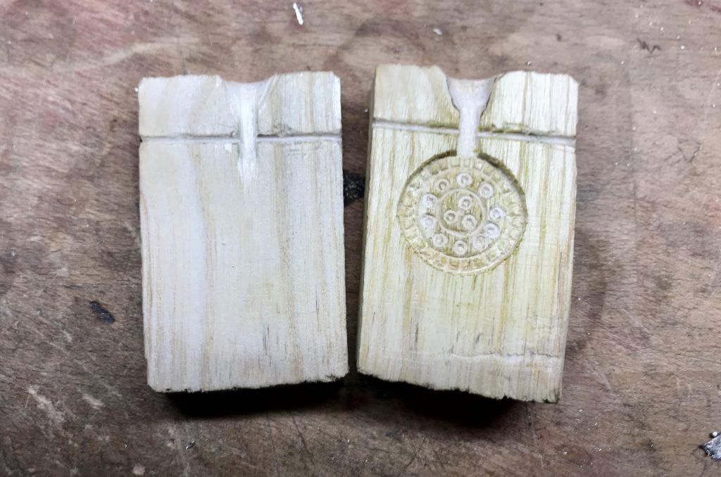 Form für einen kleinen Anhänger aus Eschenholz geschnitzt.